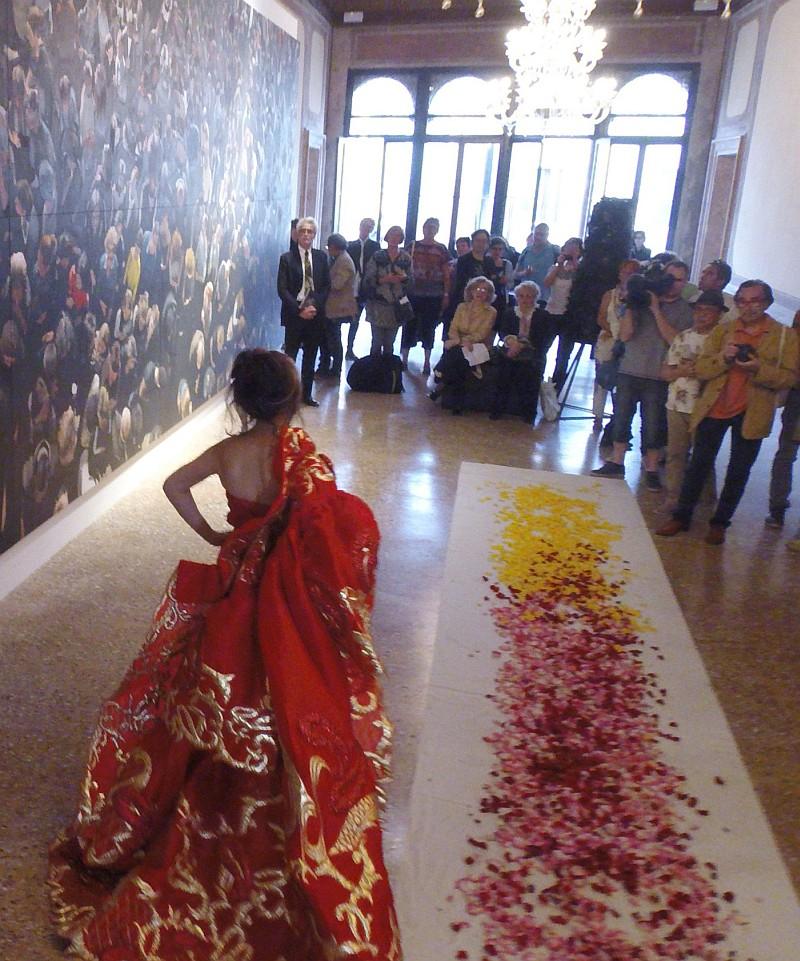 A Venezia, nel contesto della 56a Biennale Arte, la performance di Nam Hong